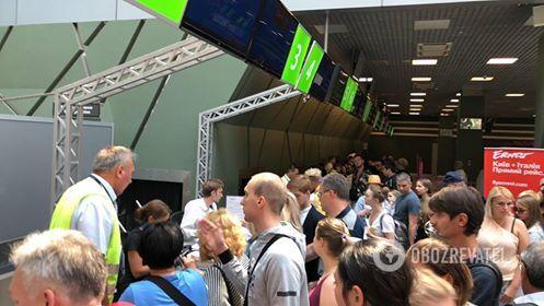 """""""Женщина получила удар"""": украинские туристы рассказали, что творится в аэропорту Киева"""