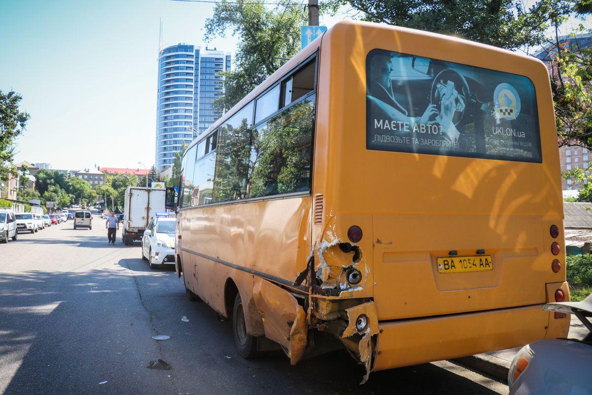 В Киеве авто протаранило маршрутку: есть пострадавшие