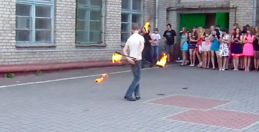 Во время любительского FIRE-шоу в запорожской школе у ученика загорелось лицо (ВИДЕО)