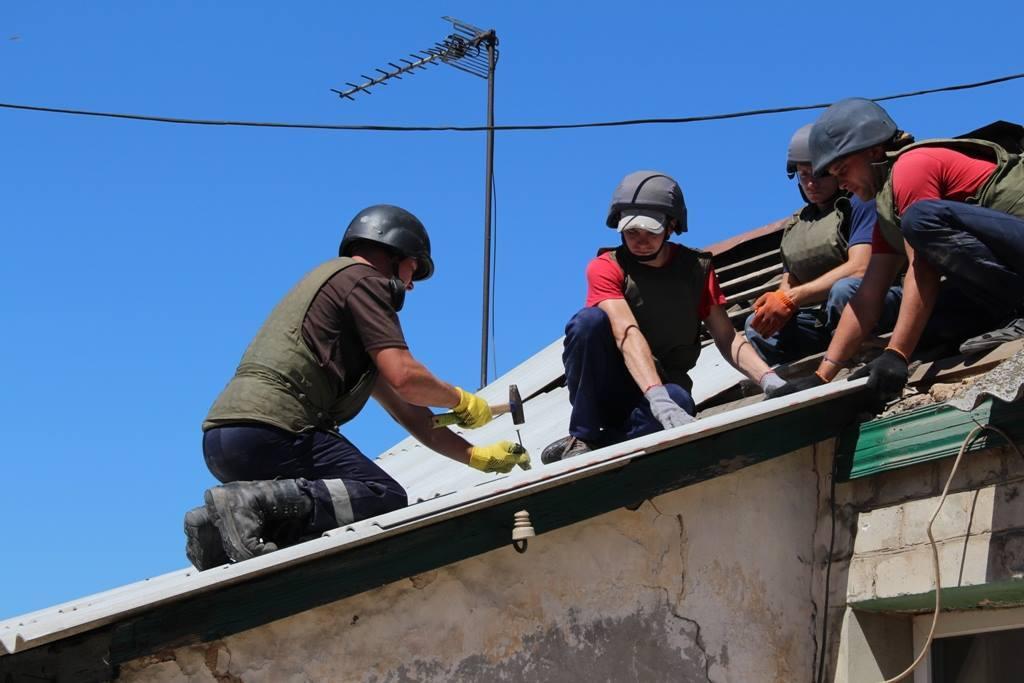 Военные помогают восстанавливать жилые дома, пострадавшие во время обстрелов