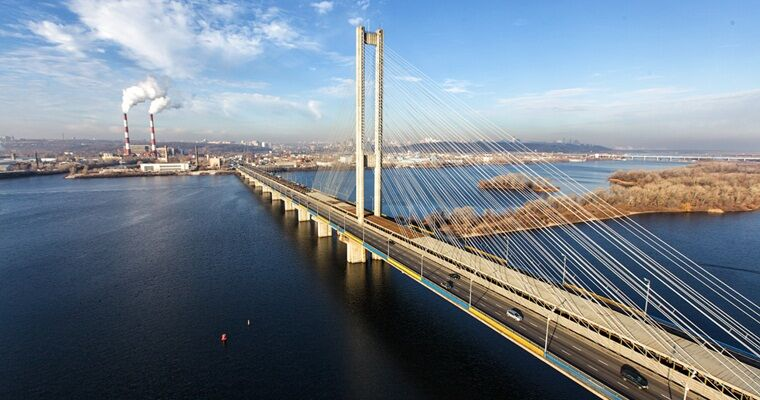 Не детский экстрим: руферы залезли на самый высокий мост Киева. Видео