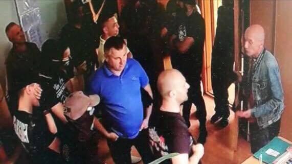 Погрожували і труїли газом: під Києвом сталася НП
