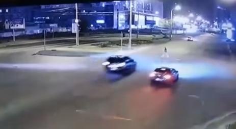 У Києві Lexus на величезній швидкості збив пішохода та зник. Відео 18+