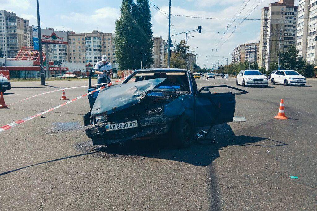 У Києві авто влетіло у натовп пішоходів: фото і відео