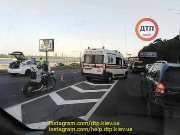 У Києві сталася ДТП: фото і відео 18+