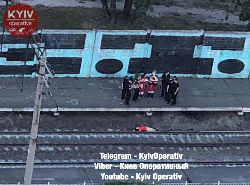 У Києві дівчина стрибнула під потяг: фото