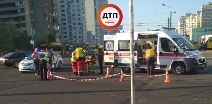Бросил авто на трамвайных путях: в Киеве водитель устроил два ДТП и сбежал