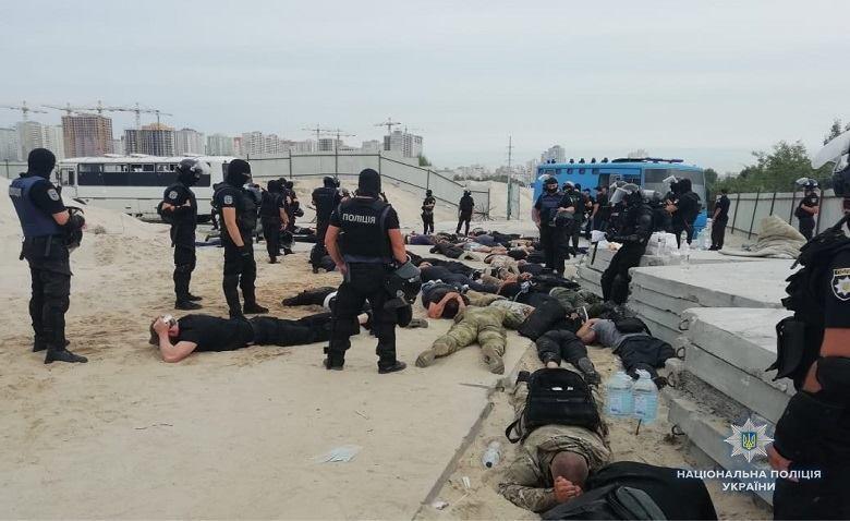 """У Києві затримали десятки озброєних """"тітушок"""""""
