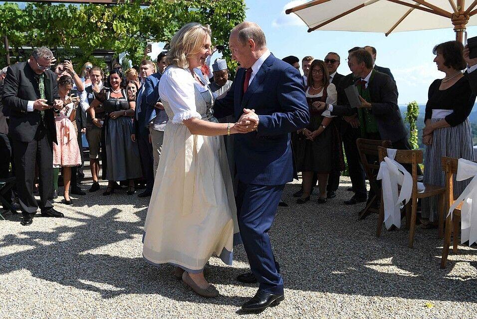 Танец Путина на свадьбе в Австрии высмеяли в сети