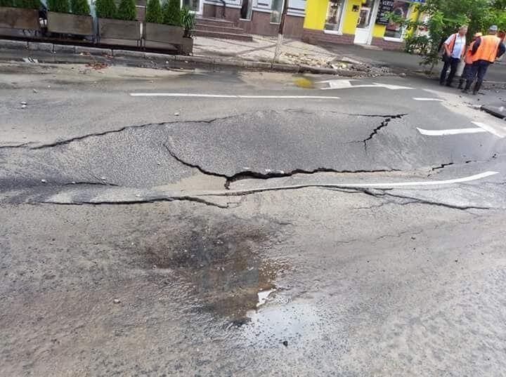 """Смыло дождем: в центре Киева возле """"Укравтодора"""" провалился асфальт"""