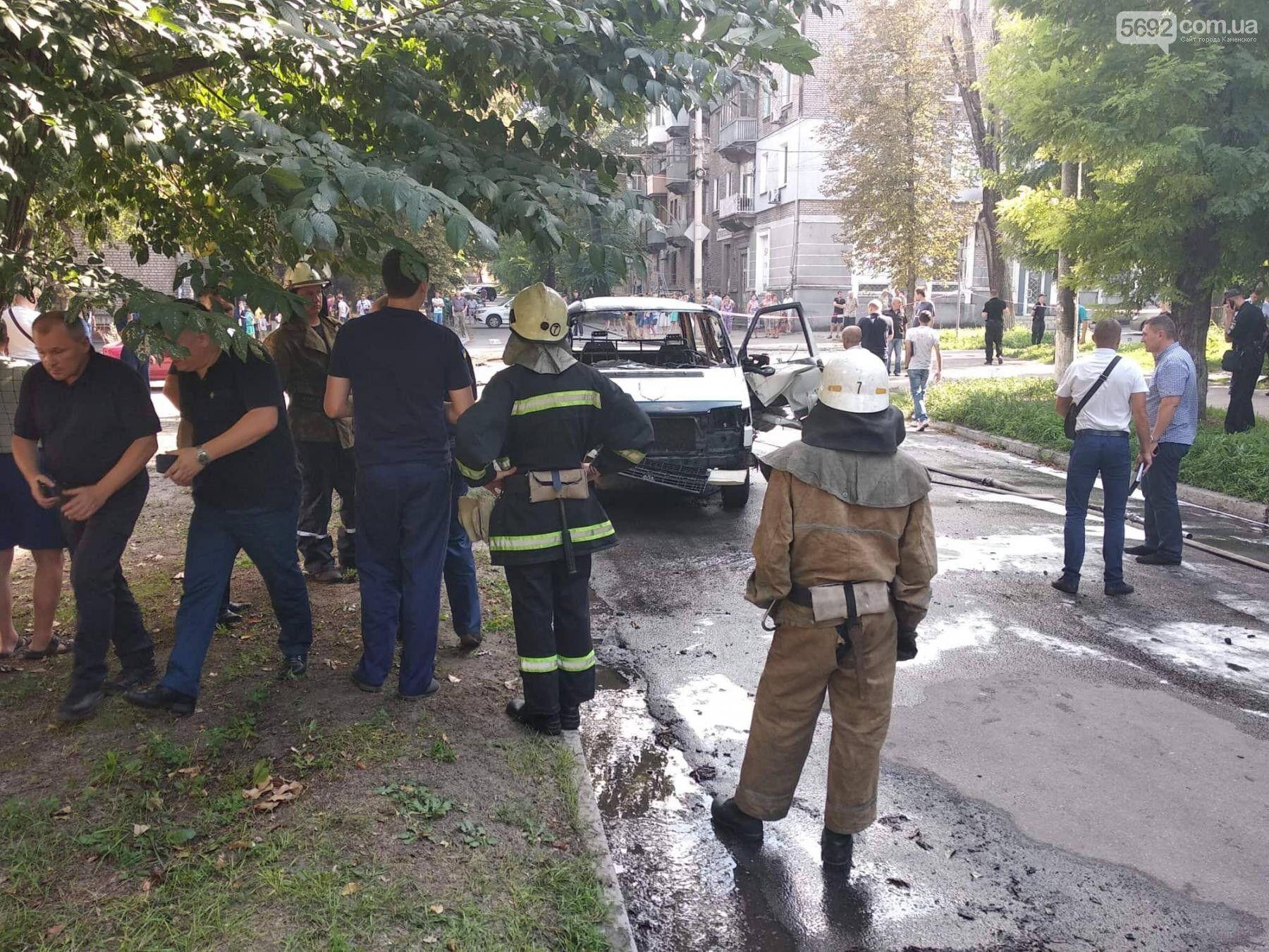 У Кам'янському підірвали авто з депутатом: перші фото і відео