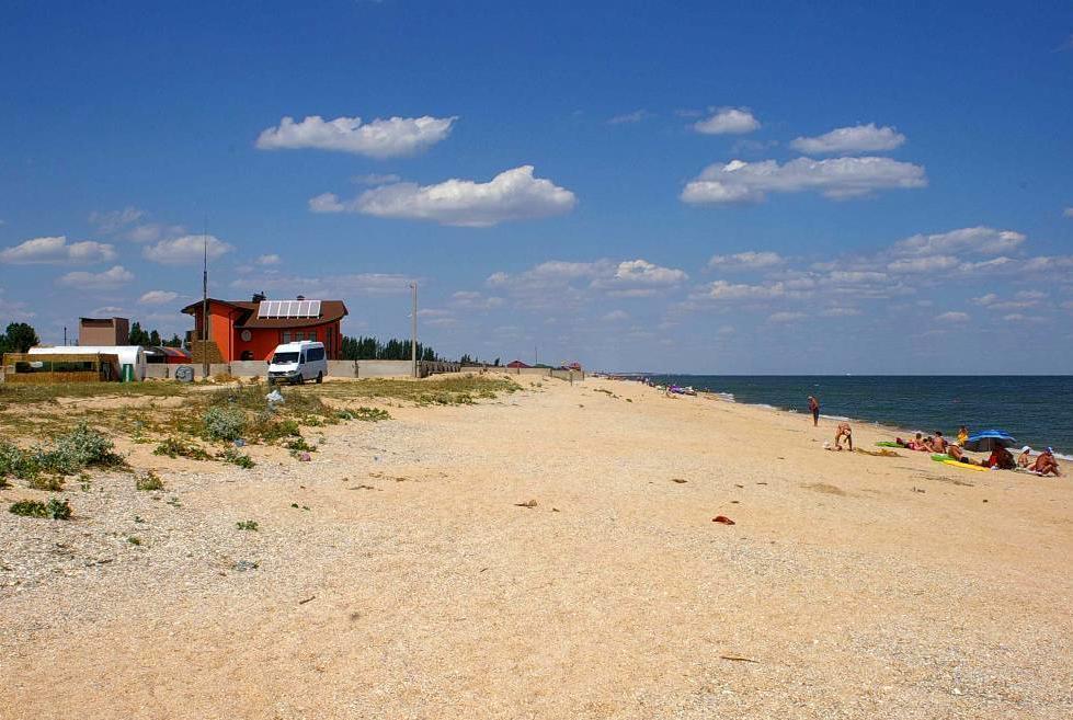 Дикий пляж на березі моря