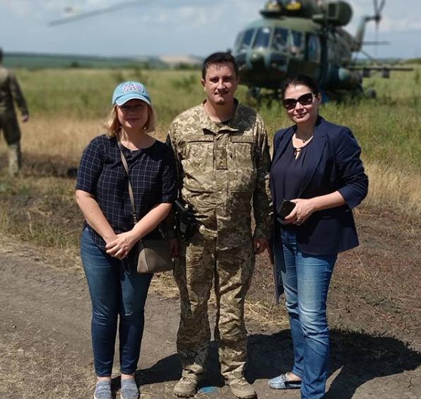 Анатолий с заместителем главы ВР Ириной Геращенко (слева) и депутатом Ириной Фриз (справа)