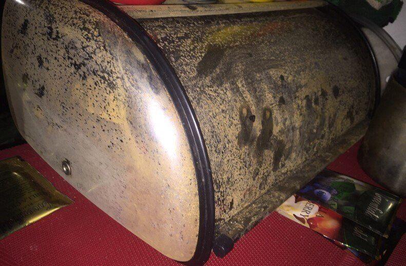 Странным коричневым налетом покрылись металлические предметы в домах