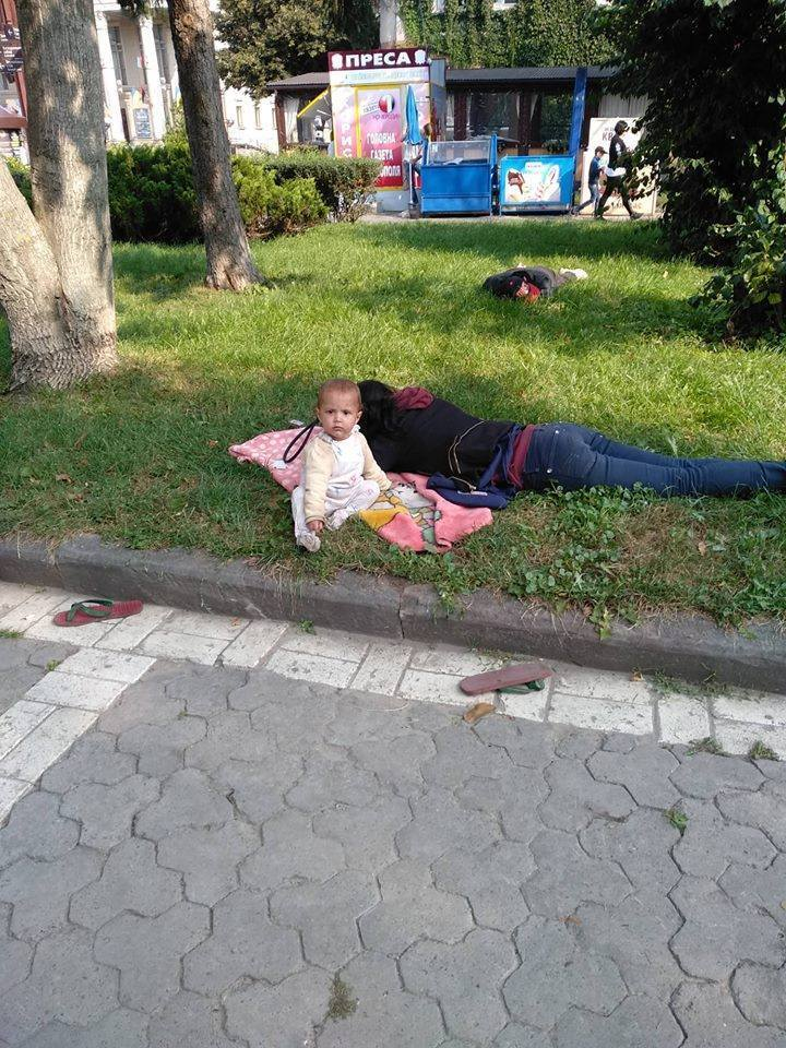 Родители спали на газоне: в Тернополе скандал из-за годовалого ребенка