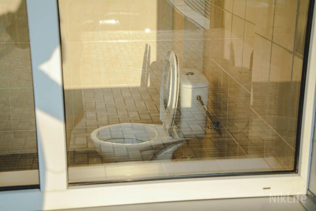 Полный обзор: в Николаеве установили туалет с прозрачной стеной