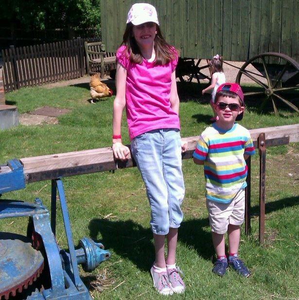 Софи в 7 лет вместе со своим пятилетним братом