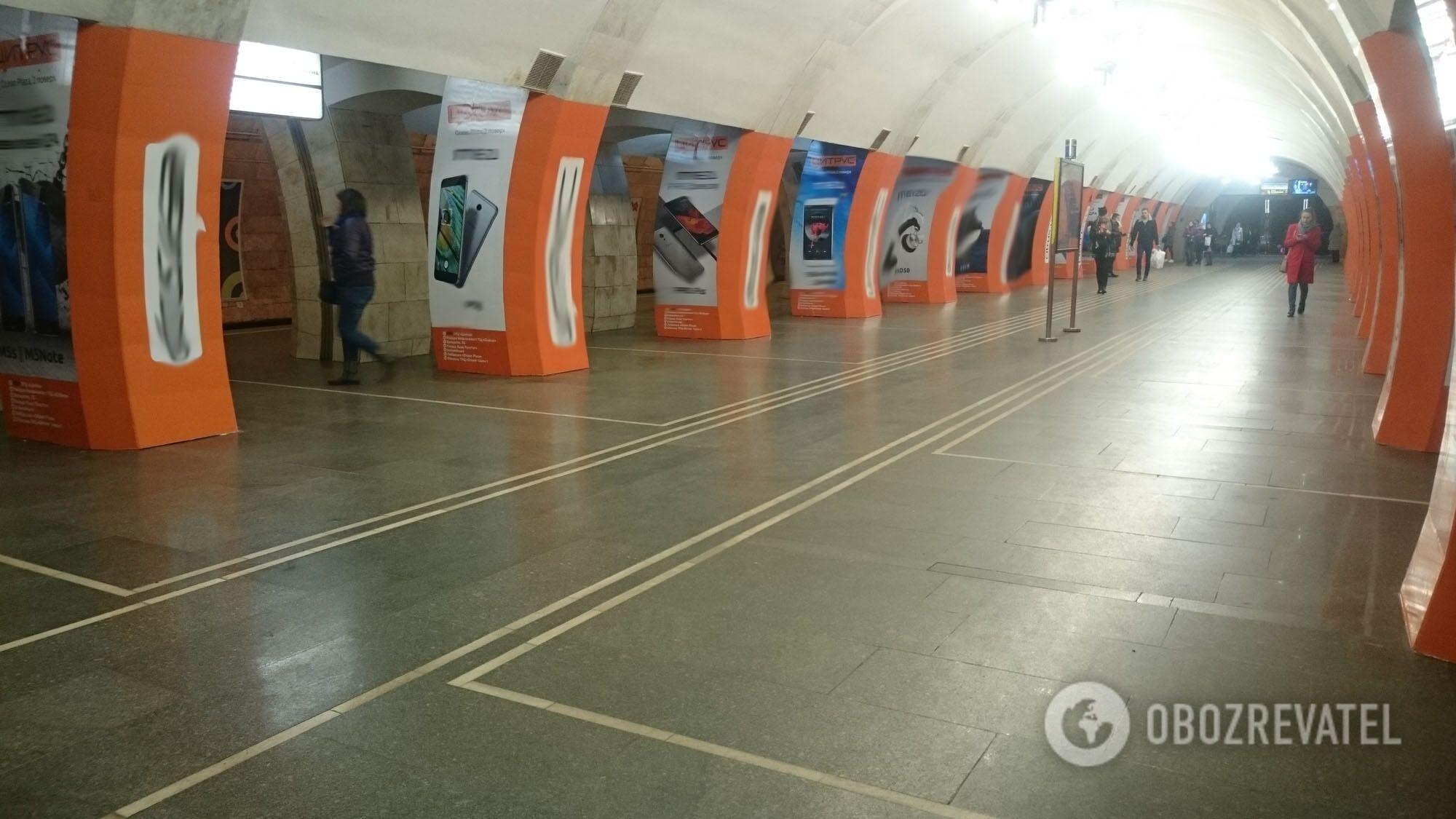 """Станція """"Либідська"""", обклеєна рекламою навесні 2018"""