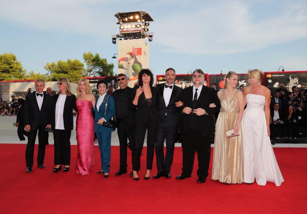 Венеціанський кінофестиваль-2018: найяскравіші образи зірок з відкриття