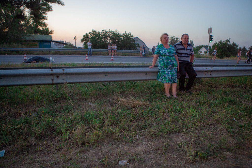 Родичі школярки на місці ДТП. Тіло дівчини лежить на проїжджій частині, прикрите чорним мішком