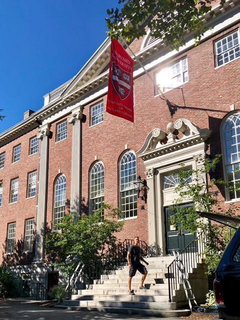 Історія українця, який закінчив Гарвард: як вступити і скільки це коштує