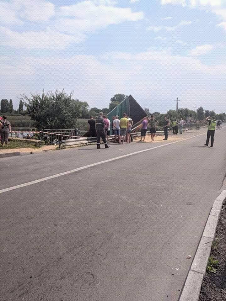 Під Хмельницьким вантажівка зірвалася з мосту