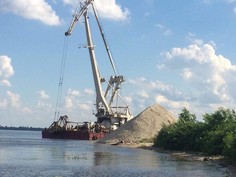 Нелегальная добыча песка: в Киеве поймали на горячем браконьеров