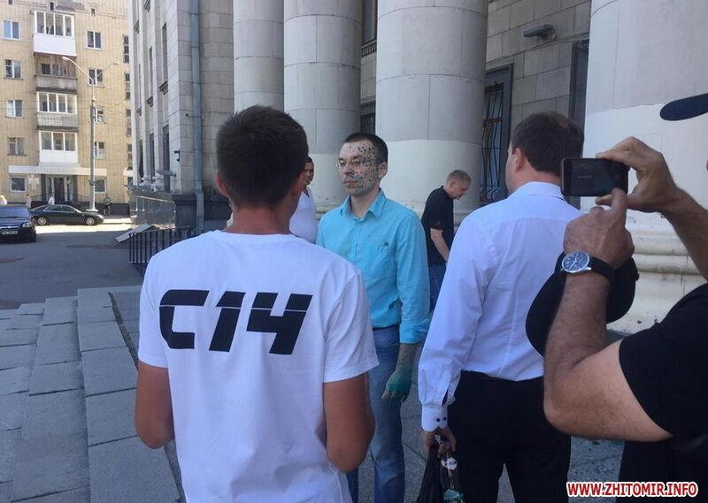 В Житомирі облили зеленкою проросійського блогера