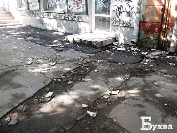 """""""Падает на голову"""": СМИ показали, как центр Херсона разваливается на части"""