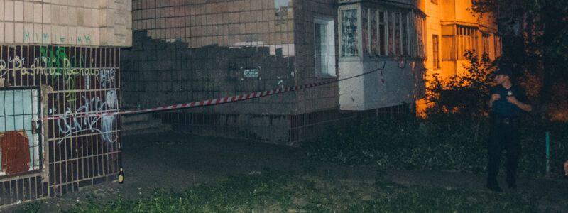 У Києві знайшли повішену жінку: фото 18+
