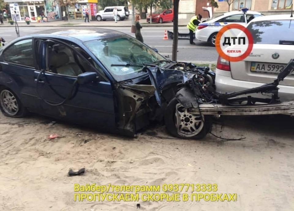 """В центре Киева авто на """"еврономерах"""" вылетело на тротуар"""