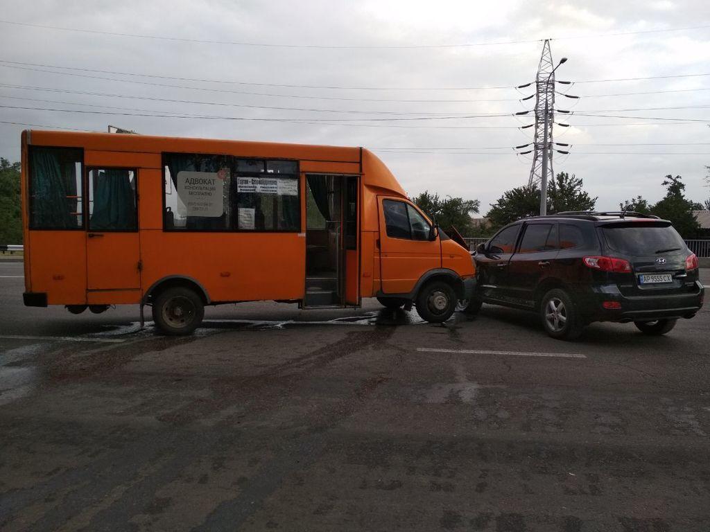 В Запорожье автобус с пассажирами протаранил внедорожник, есть пострадавшие
