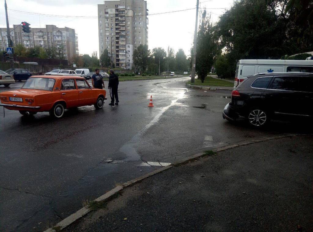 """В Запорожье священнослужитель на кроссовере проехал на """"красный"""" и врезался в """"Жигули"""""""