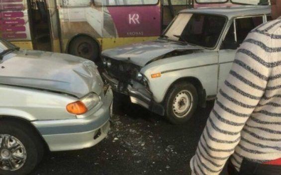 В Запорожье маршрутка с пассажирами застряла в сквозной дыре в асфальте на мосту Преображенского (ФОТО)