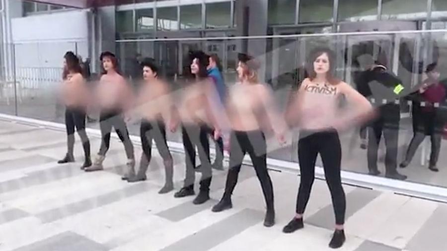 Голые женщины устроили акцию в Париже из-за РФ