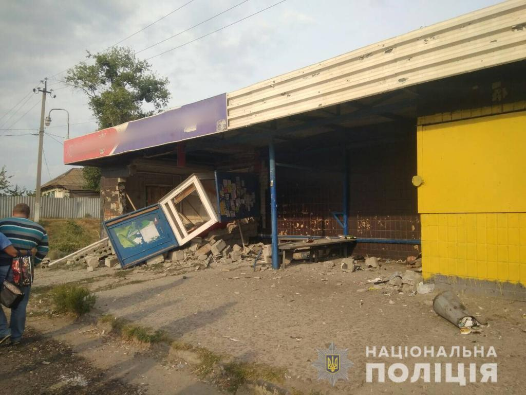 Под Харьковом авто влетело в остановку: есть жертвы
