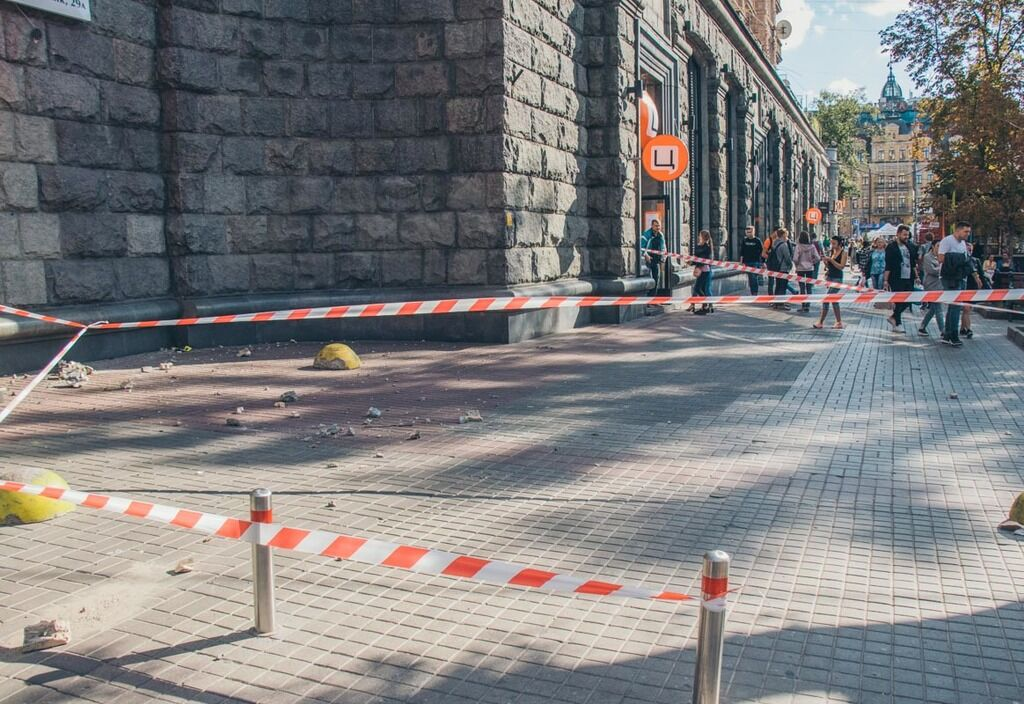 У Києві впала частина історичної будівлі: фото і відео