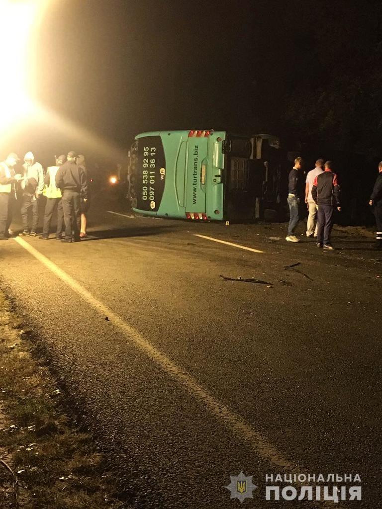 Легковушка перевернула автобус: ДТП на Львовщине