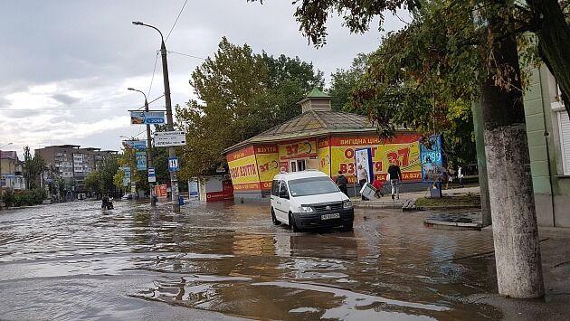 ''Выключили свет'': последствия сильного ливня в Бердянске ужаснули сеть