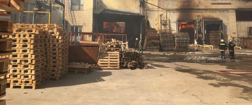 На фабрике в Житомире вспыхнул огромный пожар: видеотрансляция онлайн