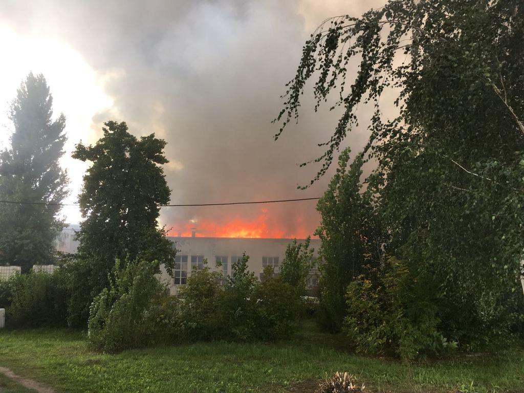 На фабриці у Житомирі спалахнула величезна пожежа