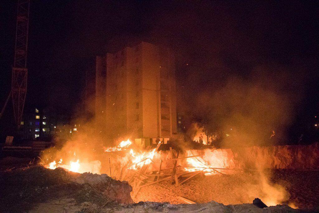 Ранее жители Вишневого сожгли забор застройщику