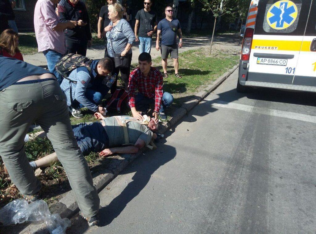 В Запорожье микроавтобус столкнулся с легковым авто и влетел в стену: пострадал пешеход (ФОТО)