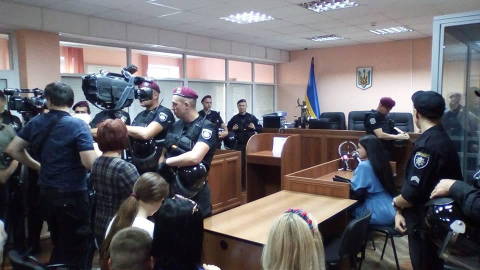 Для поддержания порядка в суд прибыл спецназ полиции