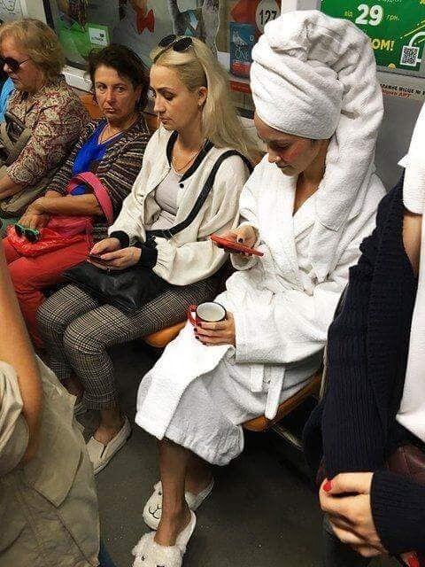 ''В поисках горячей воды'': в метро Киева заметили пассажирку в халате