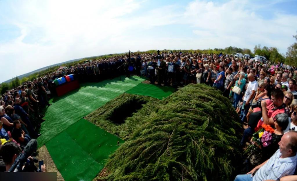 """Закопали на """"Донецькому морі"""": з'явилися фото і відео з похорону Захарченка"""
