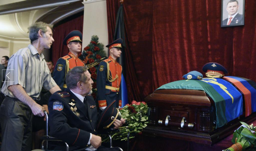 Захарченка ховають у закритій труні: фоторепортаж з Донецька