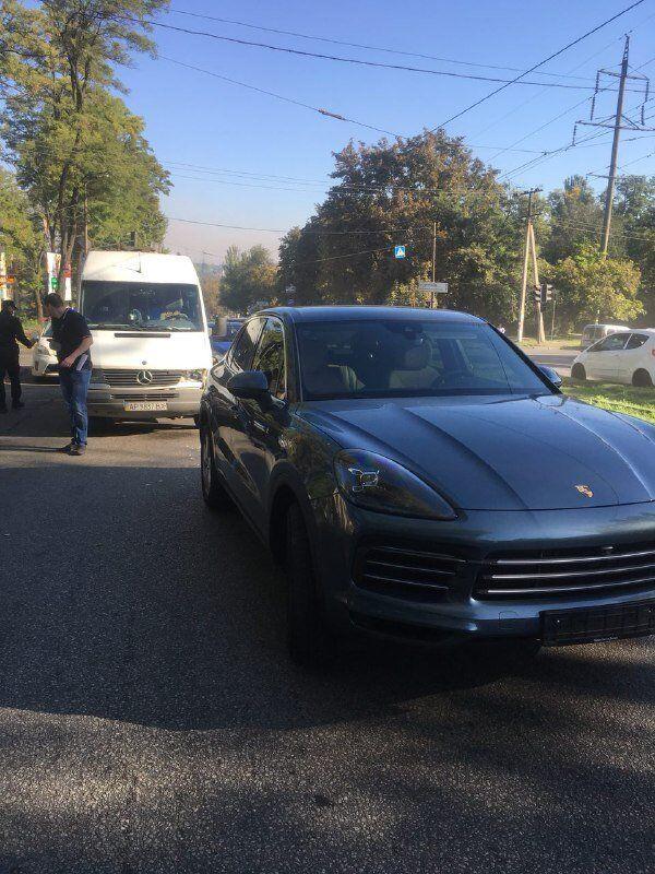 В Шевченковском районе Запорожья маршрутка въехала в Porsche