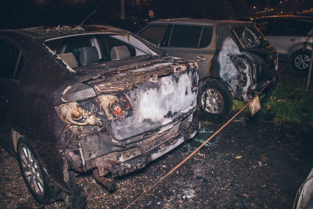 В Киеве устроили масштабный пожар на парковке: видео