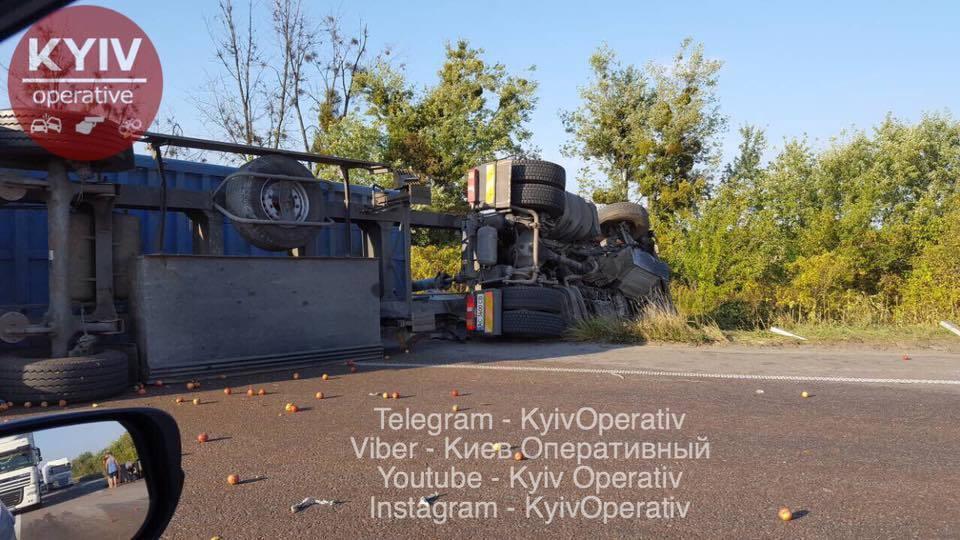 Под Киевом фура попала в ДТП: есть погибший